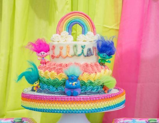 Escreva o nome da aniversariante no bolo trolls