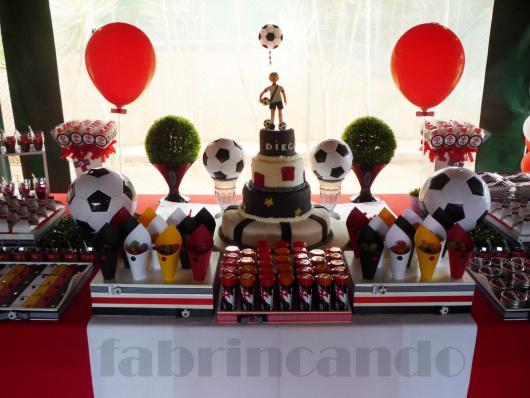 O tema futebol e todas as suas referências precisam estar presentes na  decoração independente do time 9a64c7d6c7089
