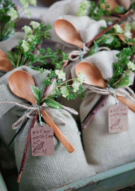 Sacolinhas decoradas com colheres de pau
