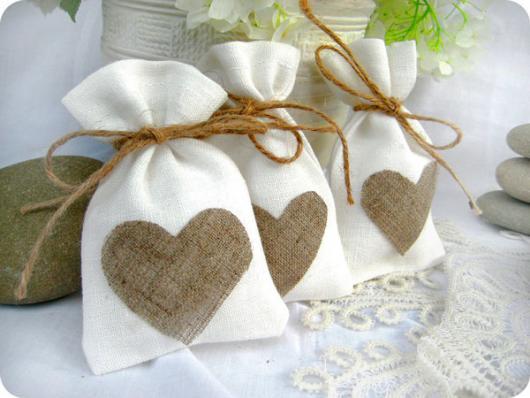 sacolinha de tecido com coração de juta