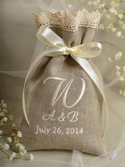 Sacolinha personalizada com as iniciais dos noivos e dia do casamento