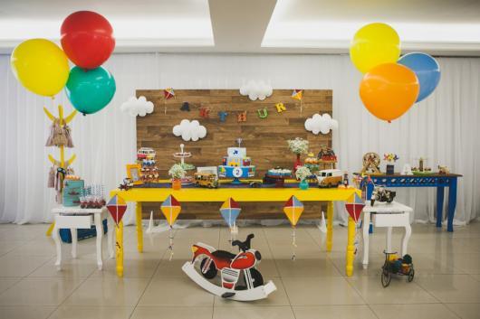 festa decorada com painel de madeira