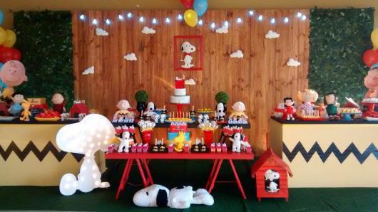 Festa infantil do Snoopy com painel de madeira