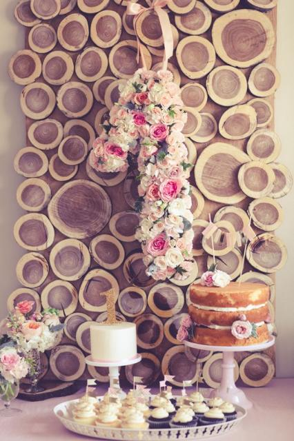 Painel de festa feito com troncos