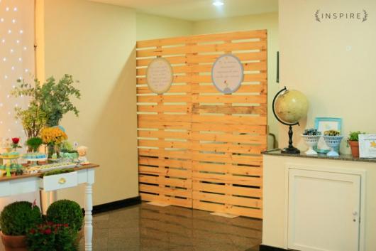 painel de madeira para dividir ambientes na festa