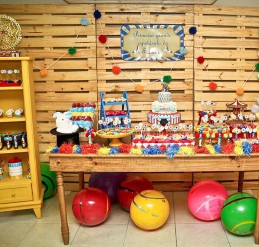festa provençal decorada com painel de madeira