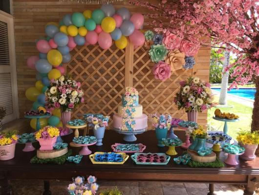 Decoração de festa super delicada com flores e balões