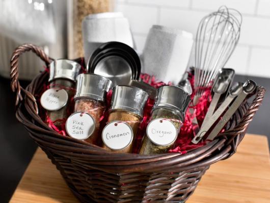 Dica de cesta repleta de itens de cozinha e culinária para casal gourmet