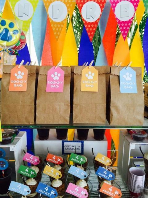 Sacolas de papel com etiqueta da Patrulha Canina