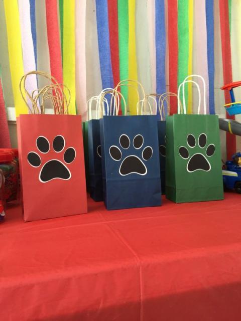 Sacolas de papel decoradas com patinhas de cachorros