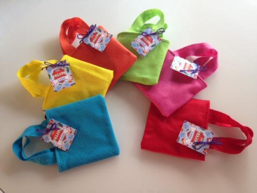 Sacolinhas coloridas de feltro com etiqueta da Patrulha Canina