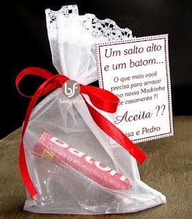 Presente para madrinhas de casamento com sapatinho e o chocolate Baton.