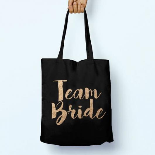 "Sacola de pano preta com a frase ""Team Bride"" escrita."
