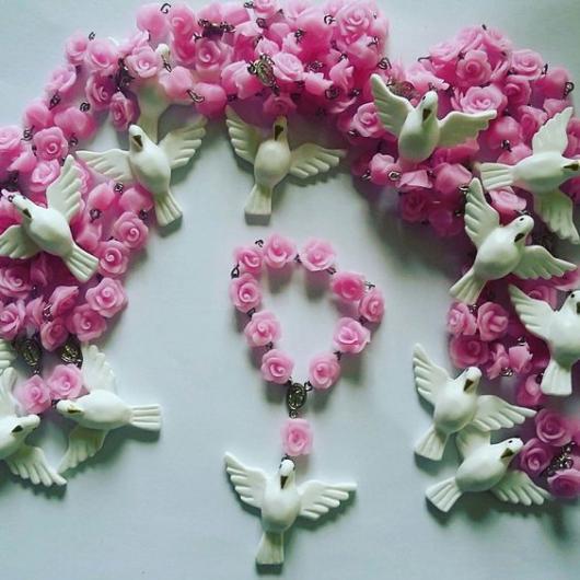 Tercinho com flores rosas e pomba branca.