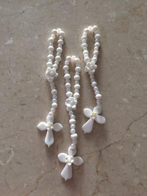 Tercinho branco com pérolas e flores.