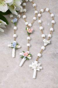 Três tercinhos com flores brancas, rosas e azuis.