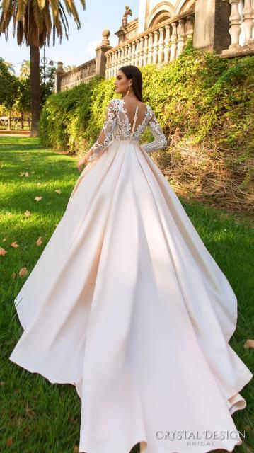 Vestido de noiva rodado com cauda e renda.