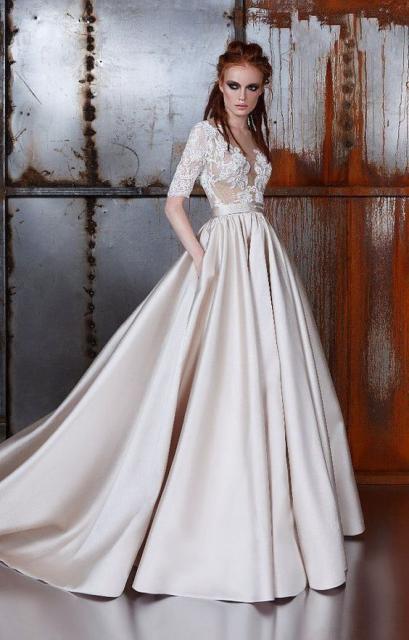 Vestido de noiva com cauda e bolsos.