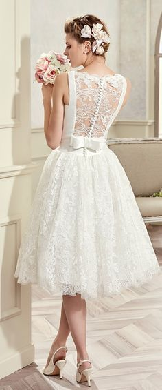 Vestido de noiva curto com renda.