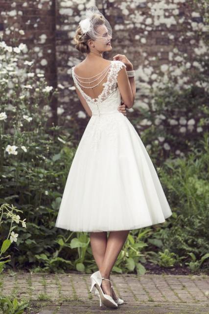 Vestido de noiva com devote em V nas costas.