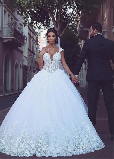 Vestido de noiva estilo princesa com renda.
