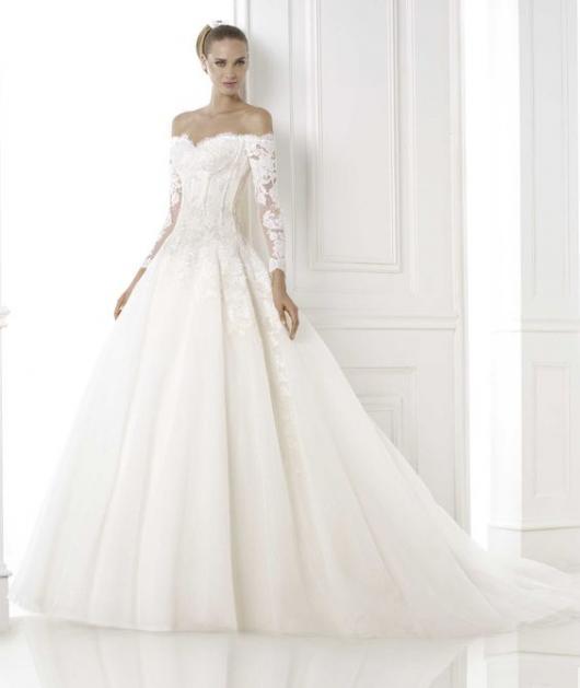 Vestido de noiva com mangas longas e renda.