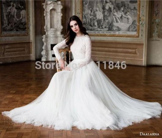 Vestido de noiva longo, com mangas compridas.