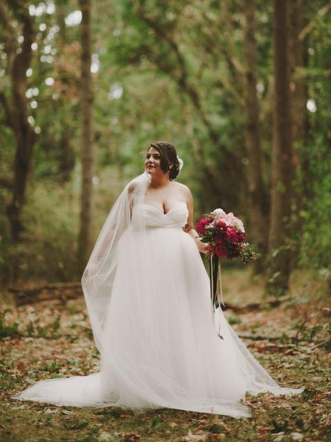 Noiva plus size com vestido de noiva rodado.