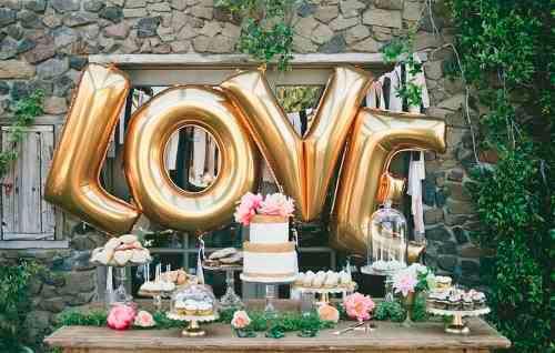 Balão de gás hélio de letra com a palavra LOVE
