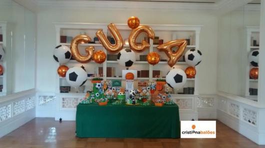 Balão de gás hélio de letra com nome do aniversariante em festa com tema futebol
