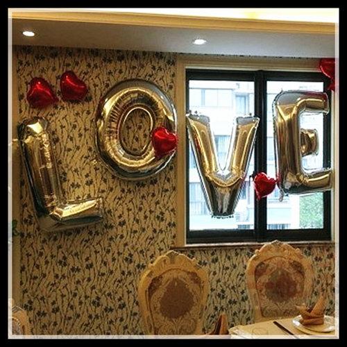 Balão de gás hélio de letra com a palavra LOVE e corações vermelhos
