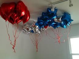 Balão de gás hélio de coração vermelho com estrelas azuis
