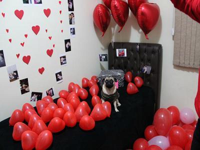Balão de gás hélio de coração vermelho em decoração especial de quarto