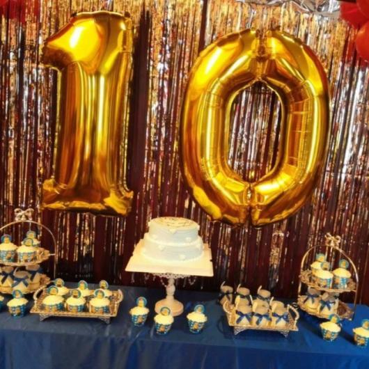 Balão de gás hélio de número dourado em decoração azul