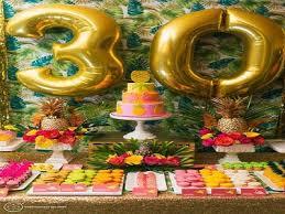 Balão de gás hélio de número dourado em decoração tropical