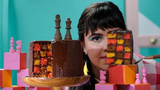 Bolo colorido xadrez com calda de chocolate