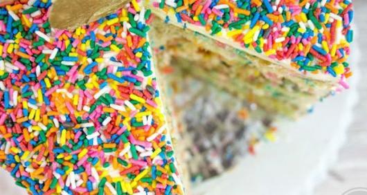 Bolo colorido formigueiro com granulado