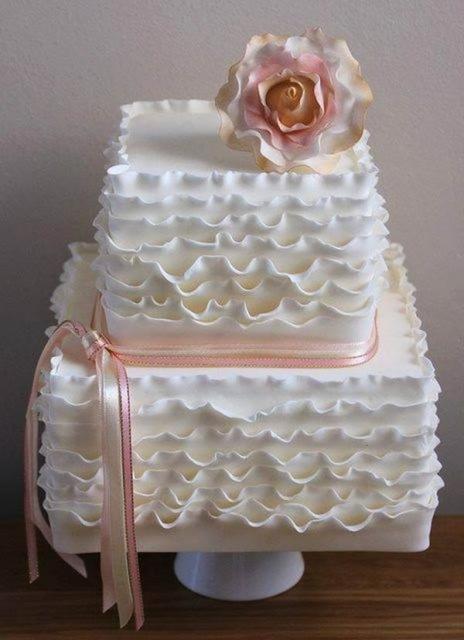 Bolo quadrado de dois andares que pode ser feito para batizados, casamentos ou aniversários