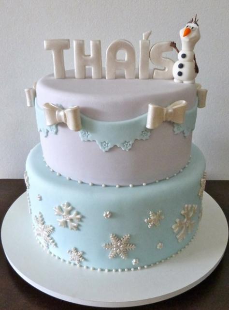 Decoração delicada para bolo de dois andares da Frozen
