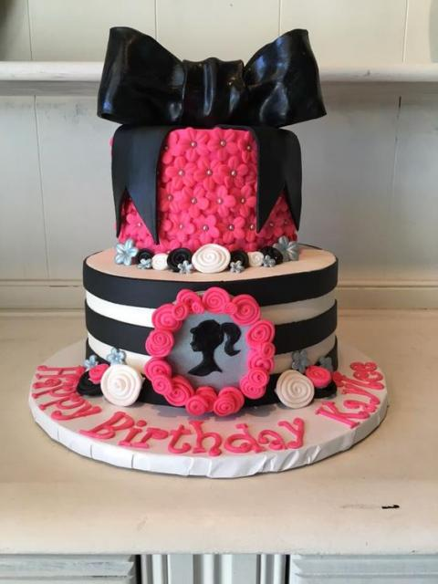Bolo rosa e preto de dois andares redondo