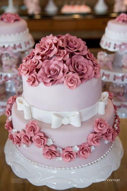 Bolo de dois andares redondo decorado com rosas