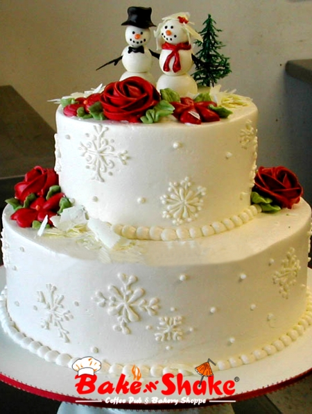 Bolo de dois andares decorado com rosas vermelhas