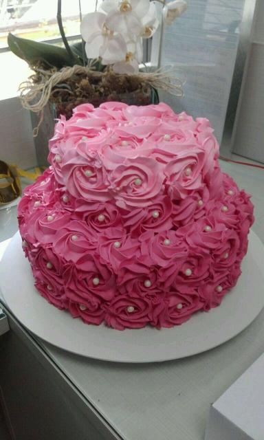 Faça uma decoração romântica no bolo de dois andares com chantilly