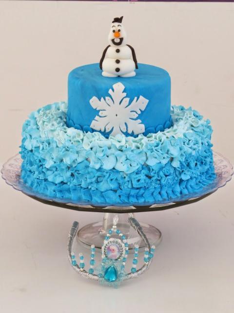 Decoração de bolo da Frozen com chantilly e pasta americana