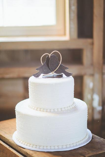 Bolo branco para casamento com dois andares