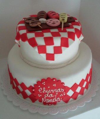 Use a criatividade para decorar o bolo de dois andares