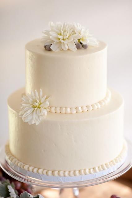 Bolo para casamento branco decorado