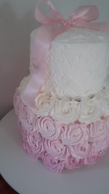 Decoração delicada de bolo de dois andares com chantilly ou glacê