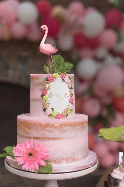 Naked cake com recheio rosa de dois andares