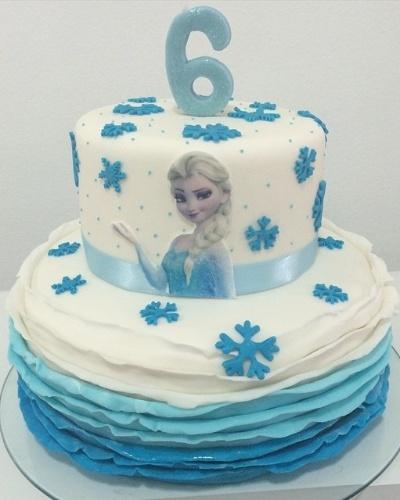Bolo da Frozen decorado com flocos de neve